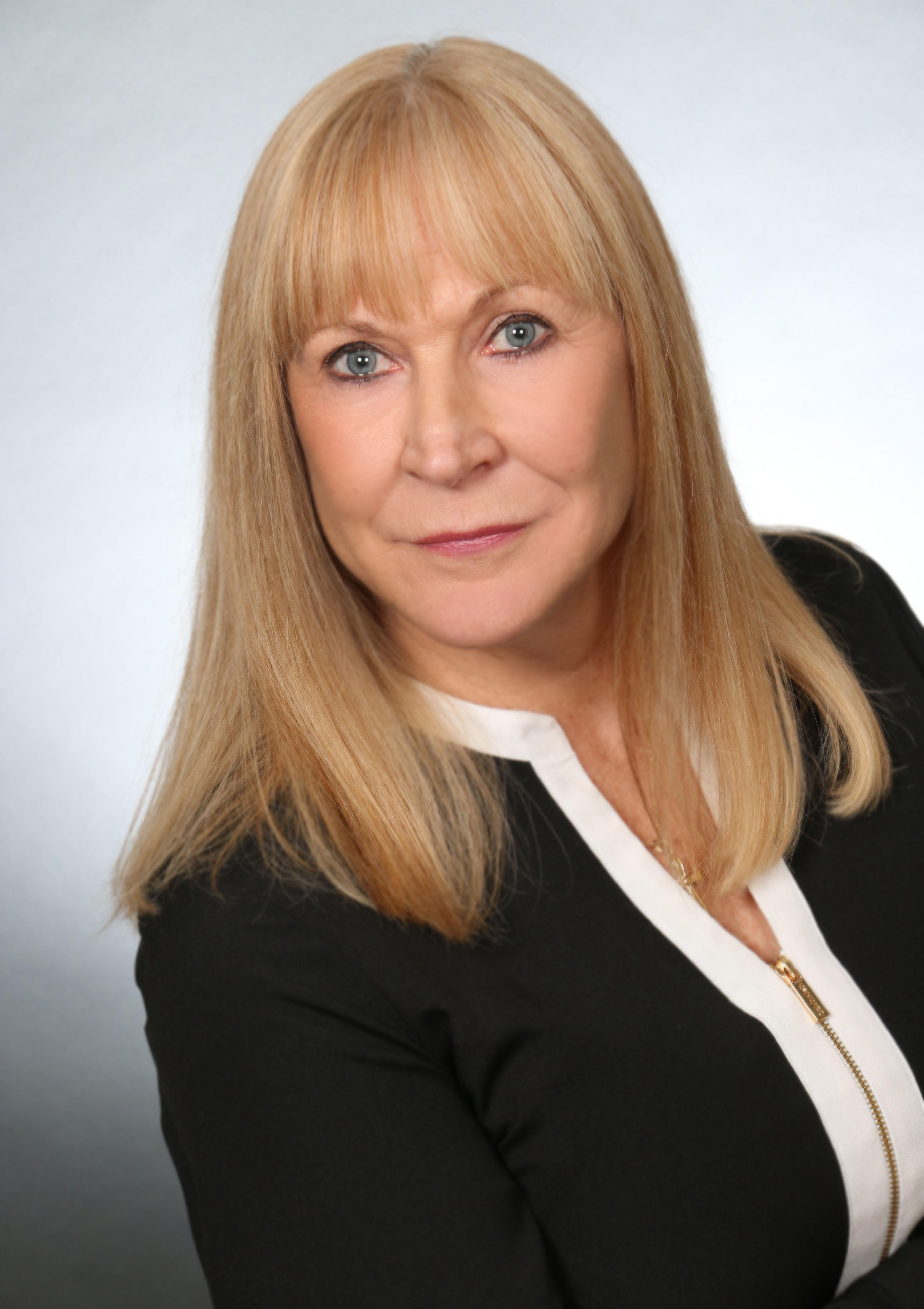 Lynn V Brooker